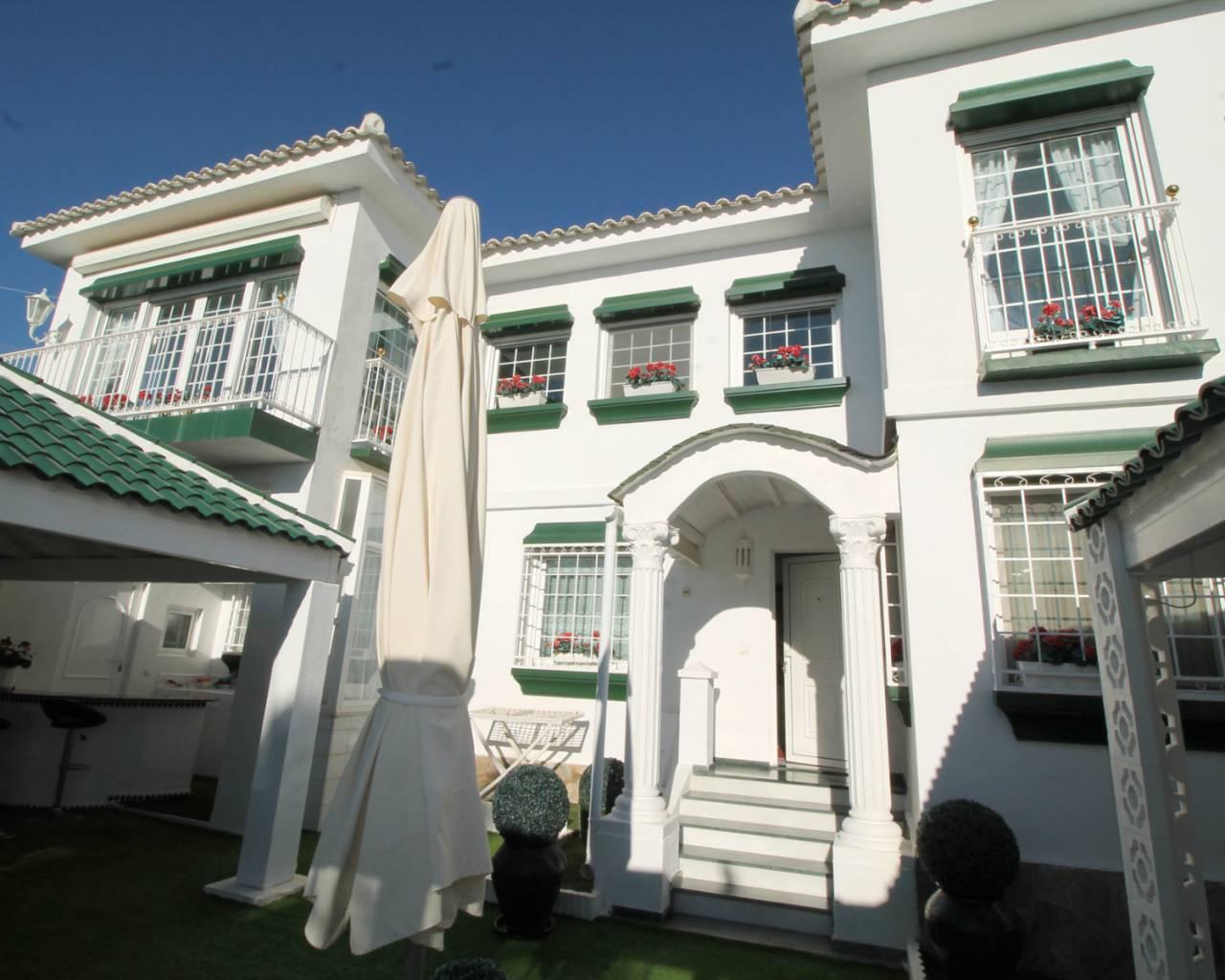 Grote villa met zwembad in ciudad quesada rojales for Grote villa
