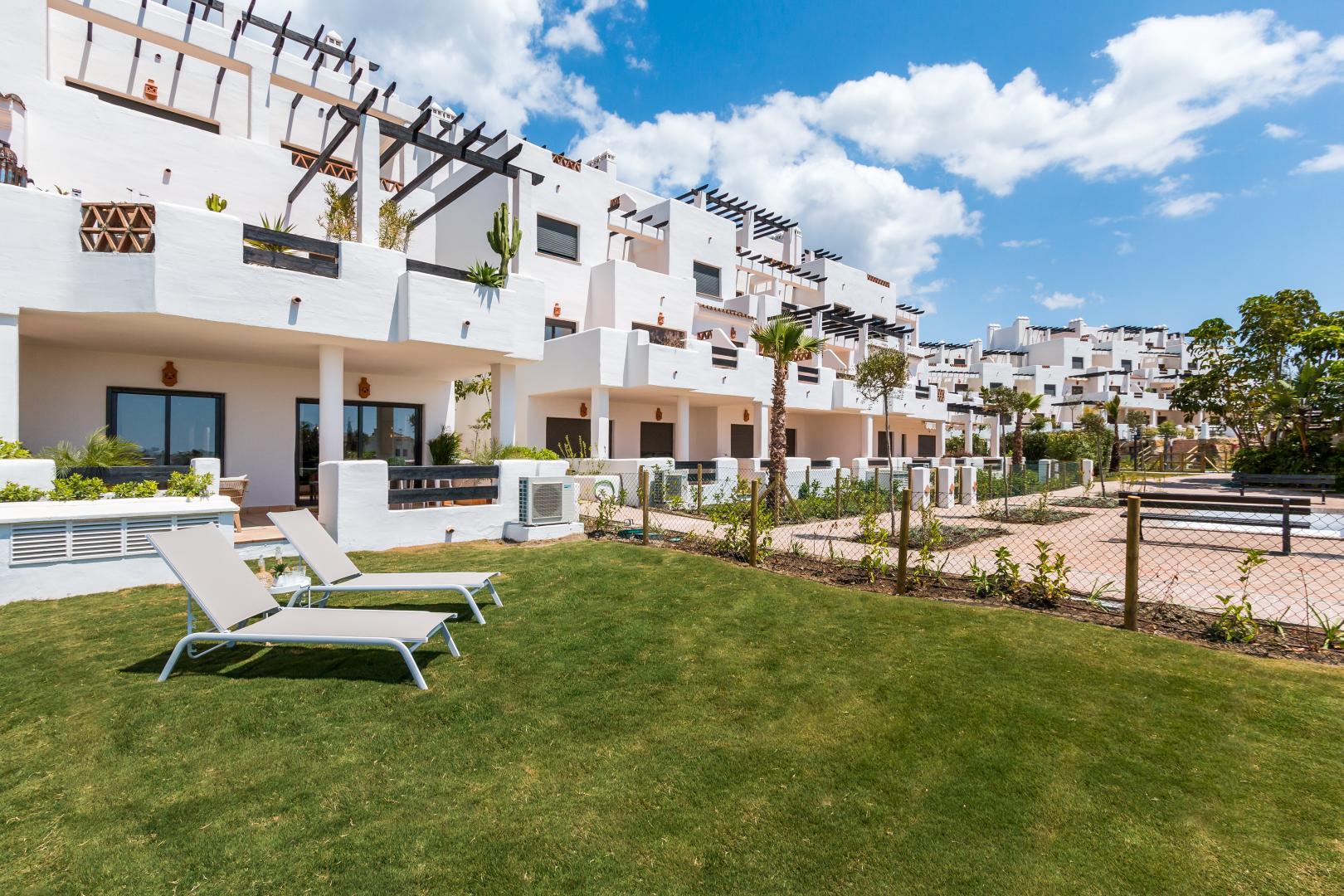 Eerste lijn golf Andalusische stijl appartementen in Estepona